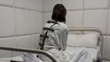 pacient-in-camasa-de-forta
